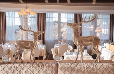 Hirschfiguren im Speisesaal