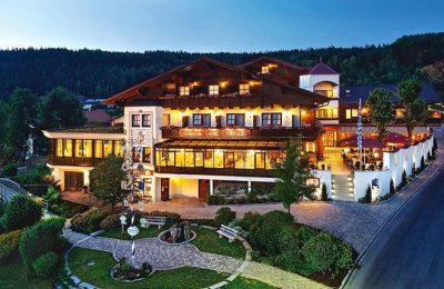 Außenansicht vom beleuchteten Landromantik Hotel Oswald am Abend