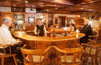 Mann und Barkeeper an der Bar