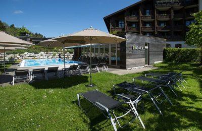 Wiese mit Pool und Sonnenschirm