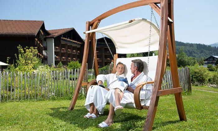 Paar entspannt auf Hängeliege im Garten