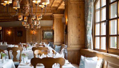 Blick auf Tische im Restaurant