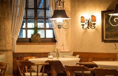 Tische und Stühle in der Weinstube