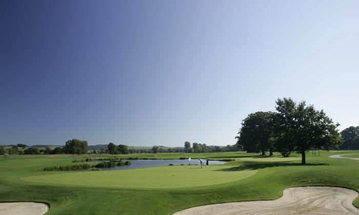 Überblick auf Golfplatz vor blauem Himmel