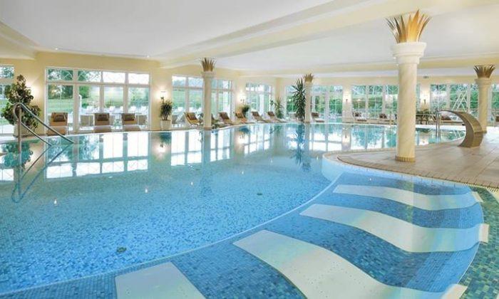 Weiss-blau gestreiftes Schwimmbecken