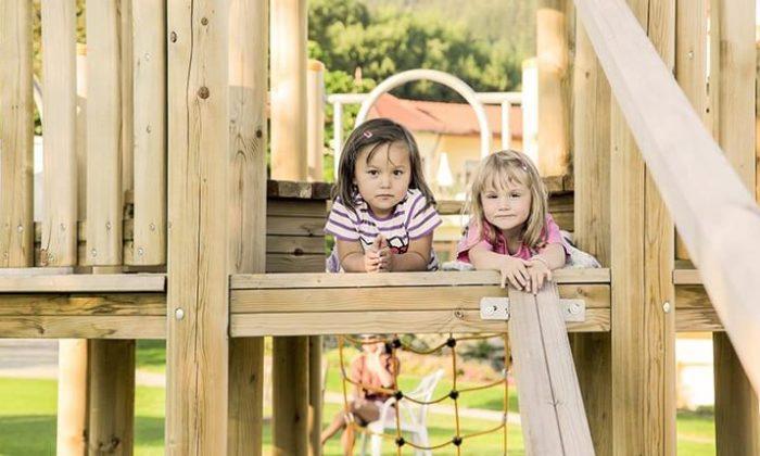 Kindern auf Spielplatz