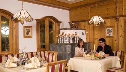 Paar speisst in der Antoniusstube