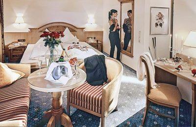 Bett und Wohnraum im Doppelzimmer Typ 4