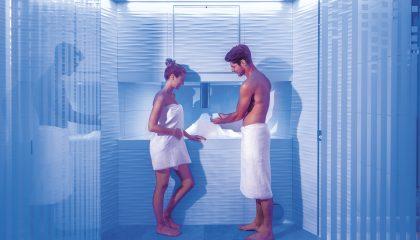 Paar kühlt sich im Eisbrunnen ab