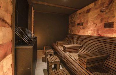 Dunkle Holzelemente in Sauna