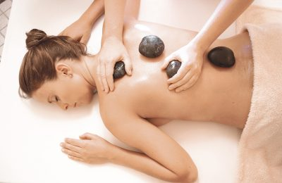 Frau erhält Hot Stone Massage
