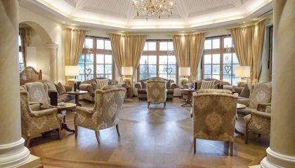 Sitzgelegenheiten in der weiss-braunen Lounge