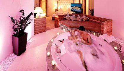 Paar badet in rosa leuchtender Badewanne