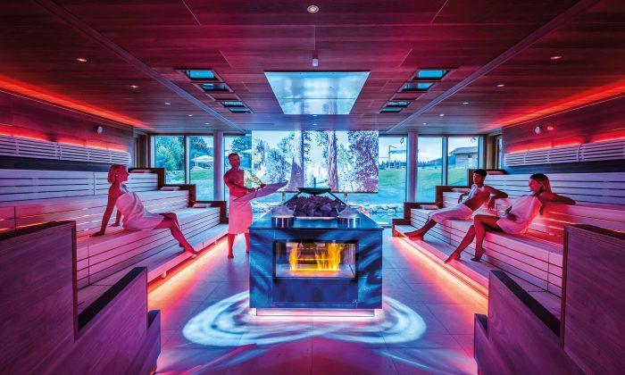 Rot beleuchtete Sauna im Hotel Mooshof