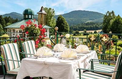 Gedeckter Tisch auf der Terrasse