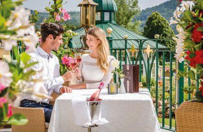 Paar stößt auf der Terrasse an