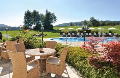 Blick auf den Pool auf der Terrasse