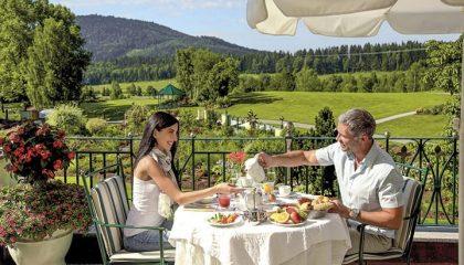 Paar frühstückt auf der Terrasse