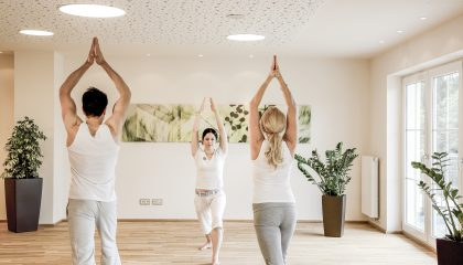 Frauen machen zusammen Yoga