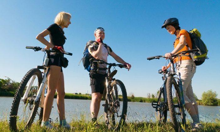 Drei Mountainbiker machen Pause