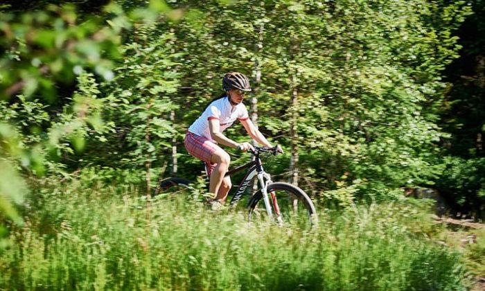 Frau fährt Mountainbike