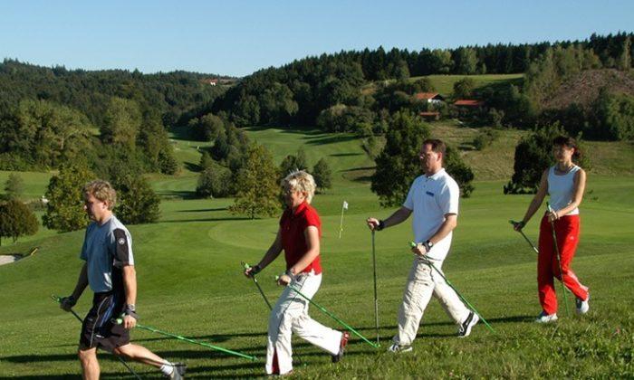 Menschen Nordic Walken durch das Rottal