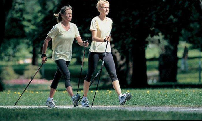Zwei Frauen machen Nordic Walking
