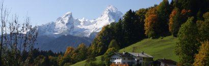 Verschneite Alpen und bayerische Hütte