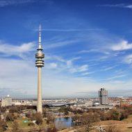 Panoramaufnahme der Skyline von München mit Fernsehturm und Stadion