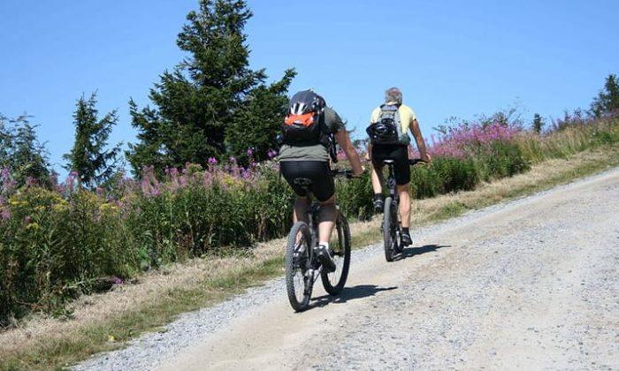 Zwei Menschen fahrrad mit Mountainbikes