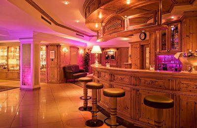 Rosa-rötlich beleuchtete Hotelbar
