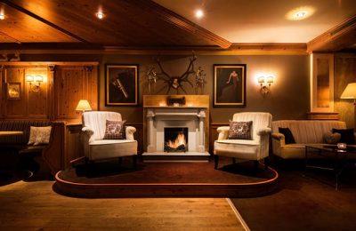 Gemütliches Sofa im Kaminraum