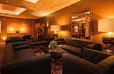 Sessel und Sofas in der Lounge