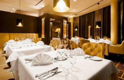 Weisse Tische im Restaurant