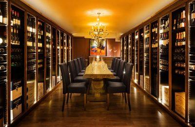 Tisch und Stühle im Weinkeller für Weinprobe