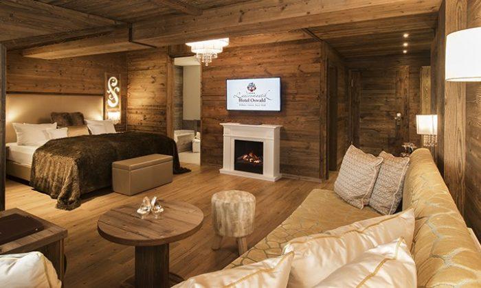 Wohnraum und Bett in einem Zimmer mit viel Holz