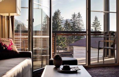 Wohnraum mit Ausblick in der Fitness-Suite