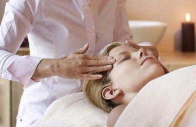 Frau erhält Kopfmassage