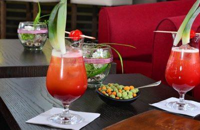 Zwei rote Cocktails in der Nahaufnahme