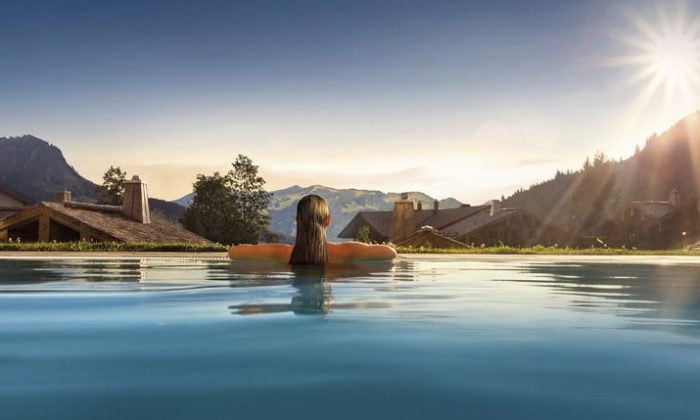 Frau badet im Infinity Pool