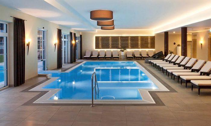 Blauer großer Indoor Pool