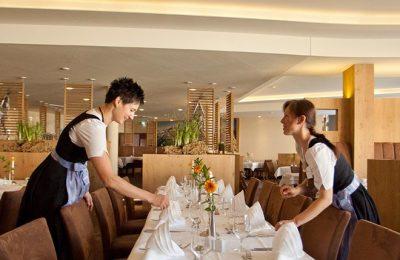 Zwei Kellnerinnen decken den Tisch