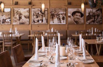 Fein gedeckter Tisch im Restaurant Feuerstein