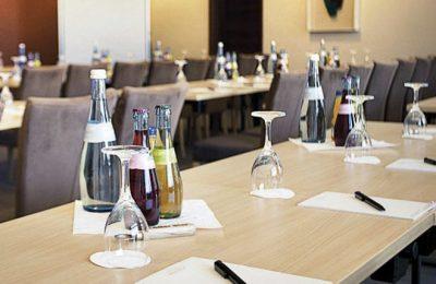 Gedeckter Tisch für Tagungen