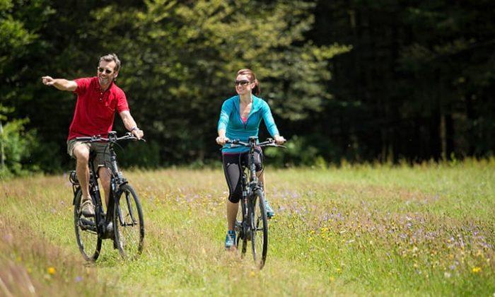 Mann und Frau fahren Fahrrad durchs Passauer Land