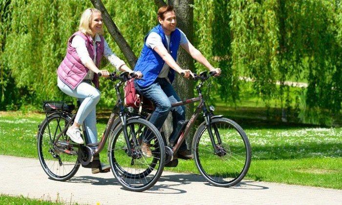 Paar auf Fahrrädern in der Natur