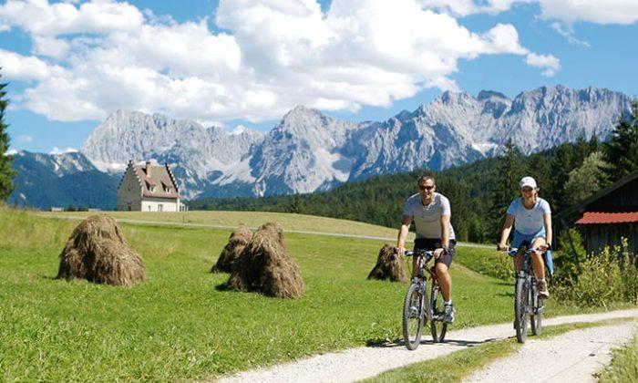 Mann und Frau fahren Mountainbike