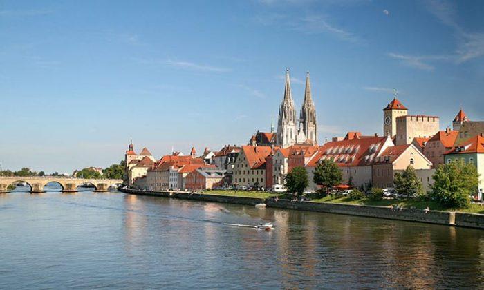 Skyline von Regensburg mit Wasser