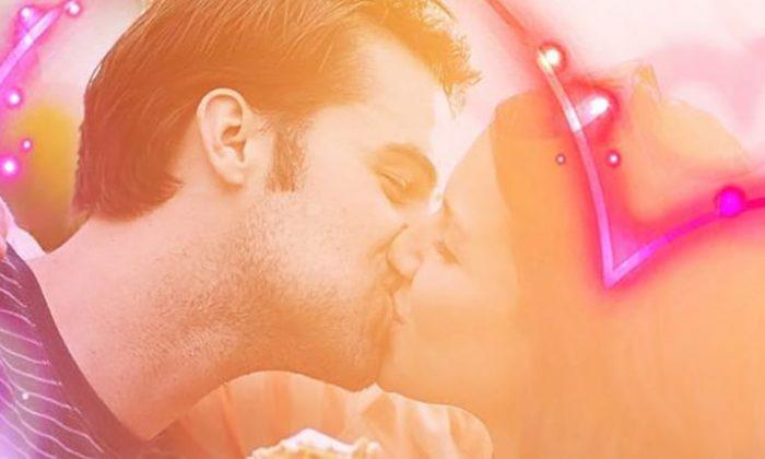 Paar küsst sich
