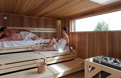 Damen genießen die Sauna